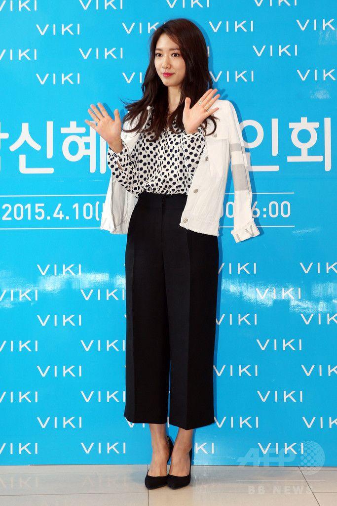 韓国・ソウルのロッテ百貨店(Lotte Department Store)蘆原(Nowon)店で行われた、ファッションブランド 「VIKI」の専属モデル就任を記念するサイン会に臨む、女優のパク・シネ(2015年4月10日撮影)。(c)STARNEWS ▼16Apr2015AFP|パク・シネ、VIKIの専属モデル就任記念サイン会に出席 ソウル http://www.afpbb.com/articles/-/3045618 #Park_Shin_Hye #박신혜 #朴信惠 #باك_شن_هي #Пак_Синхе #پارک_شین-هه พัก ชินฮเย