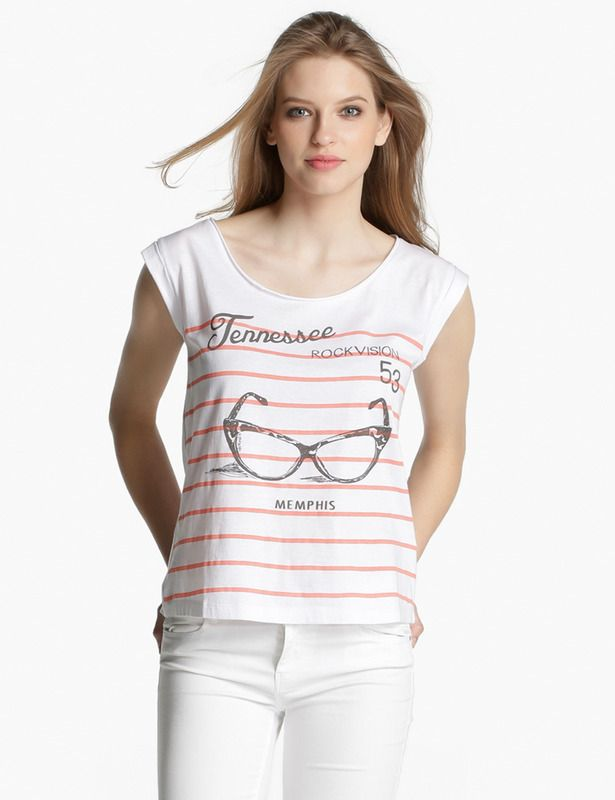 Sfera. Camiseta con mangas con estampado de gafas y rayas rojas, con un punto marinero. 5.99 euros