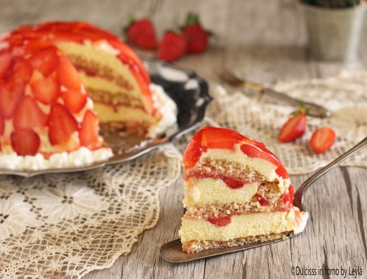 Torta di fragole rovesciata: torta molto particolare e molto soffice, dal sapore molto delicato e di sicuro effetto. Ecco la ricetta della torta di fragole