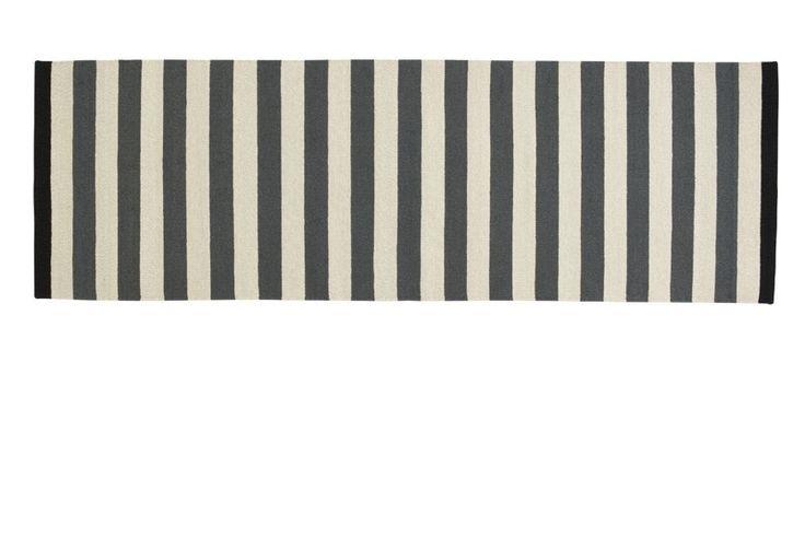 Fabula Nigella løber - Smuk håndvævet kelim løber i koksgrå/grå vævet af ægte New Zeeland uld. Tæppet er fremstillet i New Zealandsk uld vævet på bomuldssnor, der  sikrer en god holdbarhed. Tæppet er håndlavet, og der kan derfor forekomme små variationer i  vævning, farve, design og størrelse.