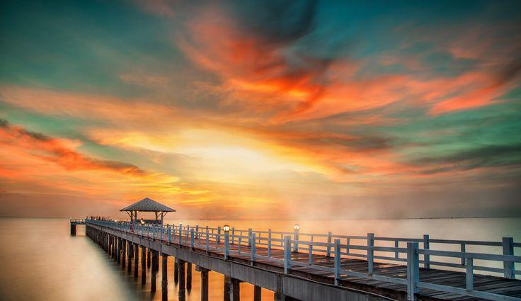 Cuando una niña te quiere regalar su juguete favorito descalza camiseta sucia llena de tierra pantalones que un día fueron falda... qué puedes ofrecerle a cambio?. Con lo que espera: tu sonrisa. Por qué algunos cambiamos tanto al crecer? .......... Fot.: AnekS #tailandia #thailand #phuket #paisaje #seascape #agua #water #puente #bridge #bahia #bay #amanecer #sunrise #oceano #ocean #naturaleza #nature #musica #music ..........  Dan García - Escape