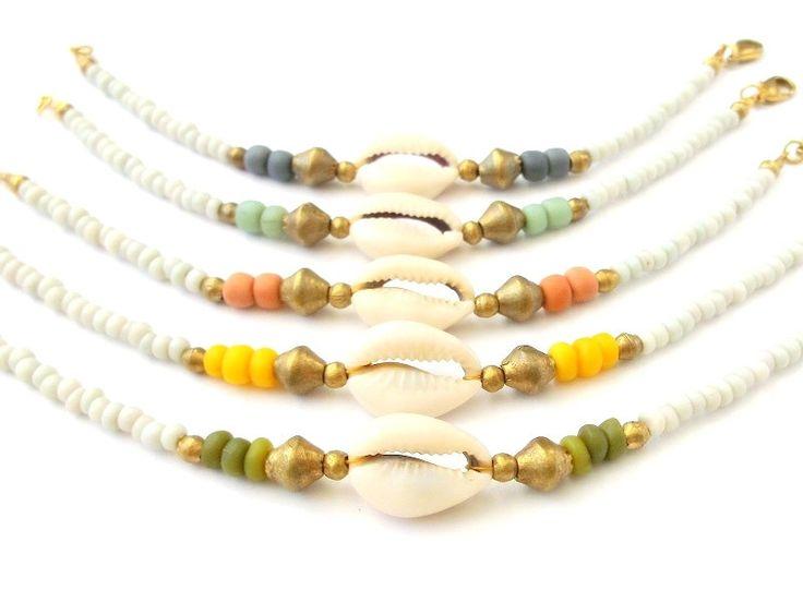 Boho sieraden zaad Bead armband w / kauri Shell & Afrikaanse Brass - Boheemse sieraden tribale sieraden etnische sieraden - Seashell Tribal armband door xxxAZUxxx op Etsy https://www.etsy.com/nl/listing/171165346/boho-sieraden-zaad-bead-armband-w-kauri