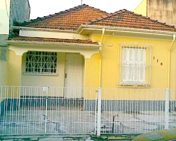Residência típica dos anos 40/50 em São Paulo Residência típica dos anos 40/50 em São Paulo: Telha francesa, veneziana nos quartos, varanda na entrada, portões baixos, manilha de barro, estuque e muitos problemas com cupins, umidade e trinca