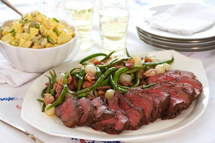 Prøv vår oppskrift på roastbiff med smørstekte grønnsaker og potetsalat, til hverdags eller familiens søndagsmiddag.