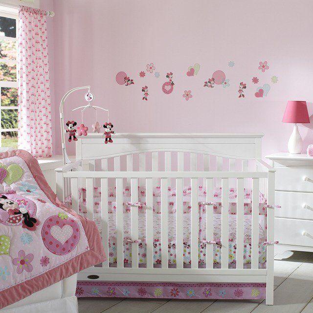 chambre bébé fille en couleur rose avec Mickey Mouse