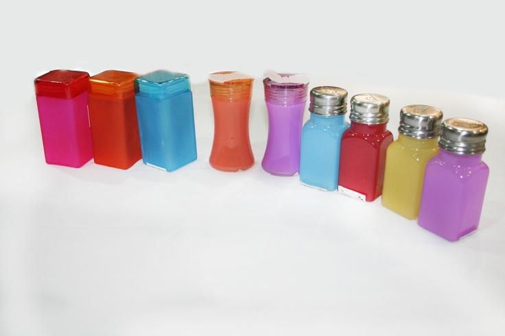 Condimenteros en diferentes formas y colores.