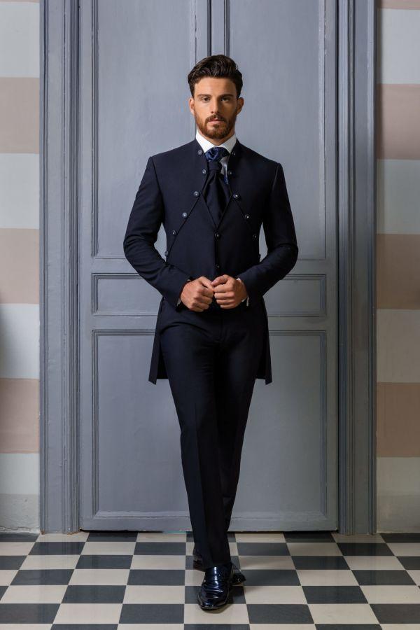 Abito da sposo coordinato blu con giacca redingote e gilet