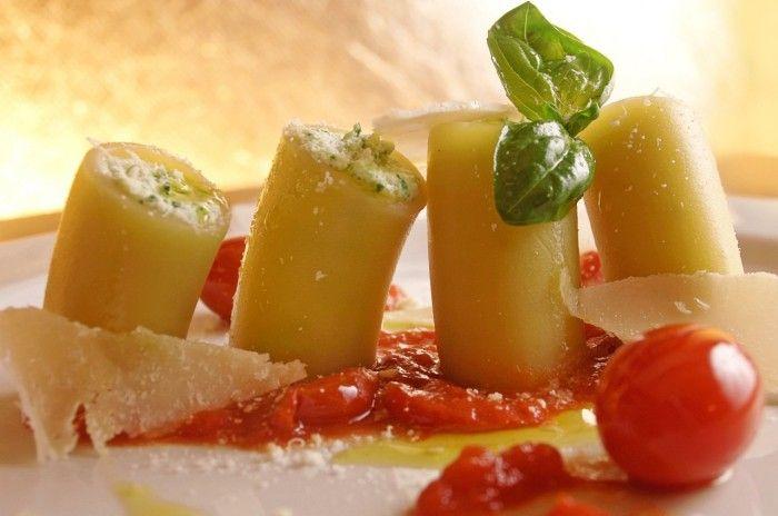Paccheri farciti con mozzarella di bufala, guazzetto di pomodorini e salsa al basilico