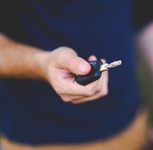 Kúpa alebo prihlásenie nového auta so sebou neprináša len radosť z budúcich najazdených kilometrov, ale aj určité povinnosti, a to najmä vybavenie si povinného zmluvného poistenia. Ak už v nejakej poisťovni máte PZP uzavreté, ale nie ste spokojný, prezrite si ponuku konkurenčných poisťovní a jednoducho prejdite do tej poisťovne, kde sa vám to najviac oplatí. Prečo je PZP nutnosťou? Každý z vás, kto je držiteľom osobného automobilu, je povinný zadovážiť si povinné zmluvné poistenie (PZP), a…