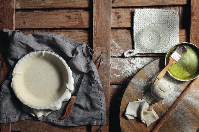 Τα μυστικά του φύλλουΑντί για λεμόνι, μπορούμε να προσθέσουμε στη ζύμη ρακή, ούζο, κρασί ή ξίδι. Ολα αυτά κάνουν το φύλλο τραγανό.Επίσης, για πιο αφράτη ζύμη μπορούμε να αντικαταστήσουμε το λάδι με ένα κουτάκι σόδα (αναψυκτικό) σε θερμοκρασία δωματίου.Πολλές νοικοκυρές αντικαθιστούν το ελαιόλαδο με σπορέλαιο, φυτίνη ή μαργαρίνη. Εσείς χρησιμοποιήστε ό,τι θέλετε είναι απλώς θέμα γούστου.