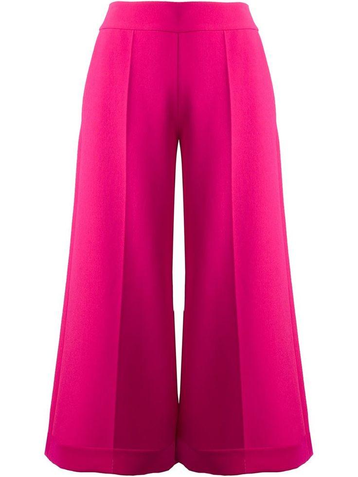 Delpozo ci fa sempre sognare con le sue collezioni romantiche, originali, creative. E un paio di pantaloni culotte rosa shocking esprimono perfettamente la sua idea di stile. Per questo li amiamo!