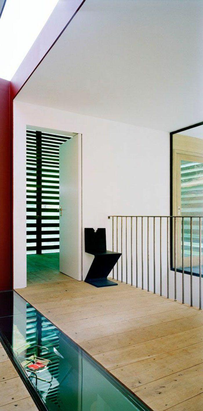 couloir dans la maison moderne, sol en bois, carrelage en verre transparent