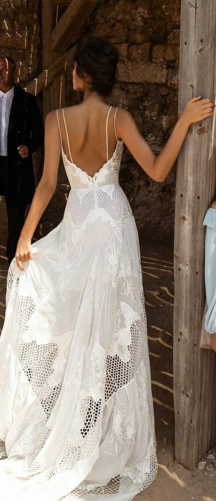 une robe simple et chic à dos nu et à fines bretelles