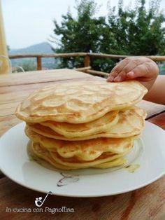 Pancakes alle mele1 mela  2 uova  250 gr farina 00  200 ml latte  20 gr burro  1/2 bustina di lievito per dolci  1 pizzico di sale  succo di limone