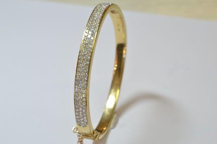 18 kt gouden armband bezet met diamanten  18ct yellow Gold Bangle set met 127 X 170 mm die briljant diamanten geslepen. Alle hoge kleur en helderheid. G/H. VS/SI. Totaal karaatgewicht 250 CT. (ca.)Uitgerust met een vangst van vak uitlijnen met een veiligheidspal figuur 8 plus een veiligheidsketting.Totale gewicht van de Bangle is 30.34gGestempelde 750 (RT).Binnen Diameter 60 mm. X 50mmBreedte 6.38mmDikte 3.00mm voorzijde 2.43mm terug.Dit item zal worden verzonden per aangetekende post.  EUR…