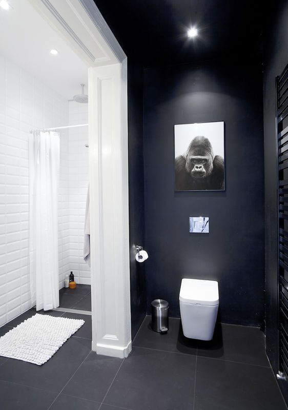 Czarna ściana w łazience