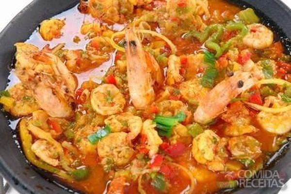 Bobó de camarão delicioso, em Crustaceos, ingredientes: 1kg de mandioca com casca,1kg de camarões médios limpos,Suco de limão a gosto,1 colher (sopa) de óleo,2 pimentões verdes ou vermelhos cortados em tirinhas,1 xícara (chá) de purê de tomate,4 tabletes de Tempero para Moqueca,2 colheres (sopa) de salsa picadinha...