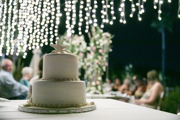 A delicious wedding cake and a dream styling by White Ideas at Charlotte and Edward special day in Conrad Algarve. Photo: @ppphotographer Styling: White Ideas by Karina Sousa