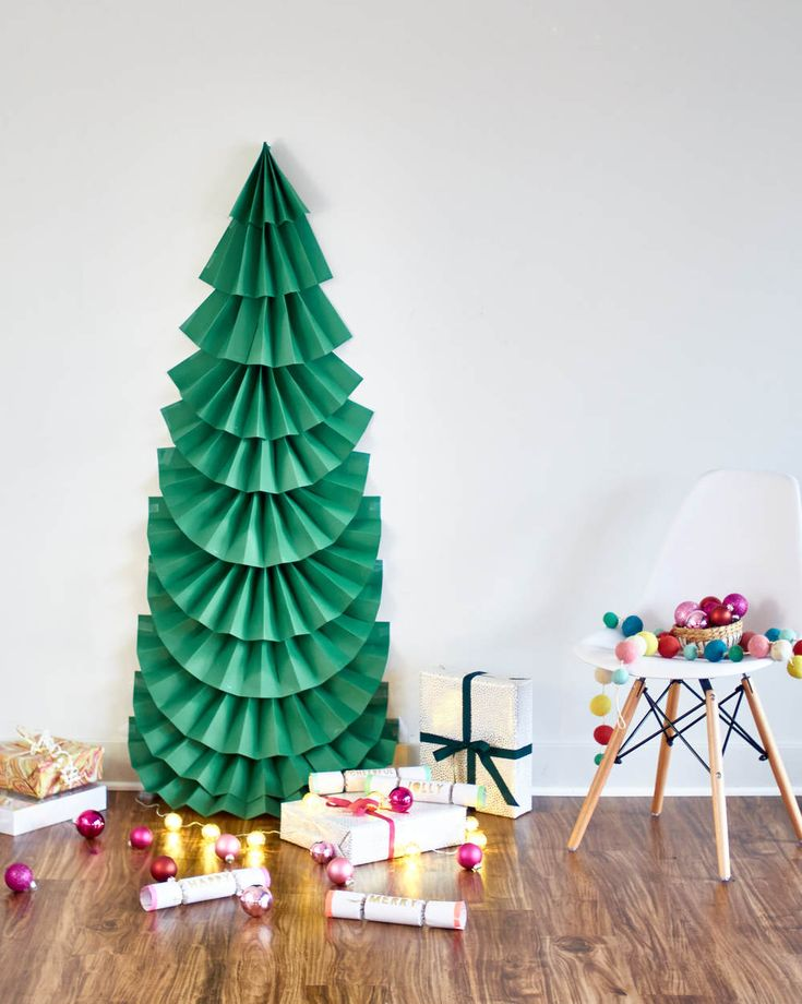 Easy diy christmas paper tree crafthubs make it diy life sized folded paper christmas tree solutioingenieria Image collections