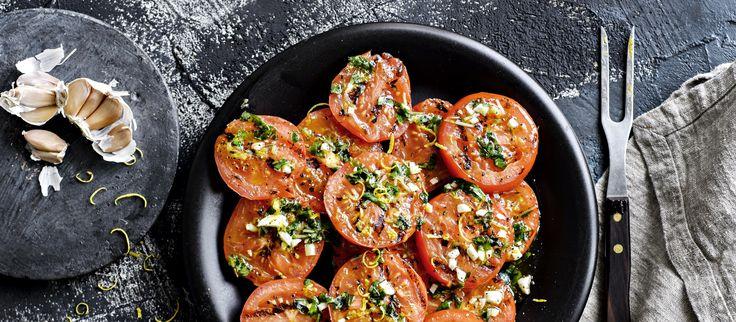Grillattu tomaattisalaatti on mehevä grilliruokien lisäke, jossa tomaatit marinoidaan grillauksen jälkeen. Noin 1,10€/annos.