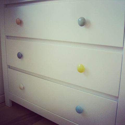 Här har man snyggat upp en vanlig vit byrå med pastellfärgade porslinsknoppar från Anne Black. Så enkelt. Så snyggt. www.tusenochenknopp.se #inredning #porslinsknoppar #skandinaviskdesign #pastell #barnrum #hall #kök #design