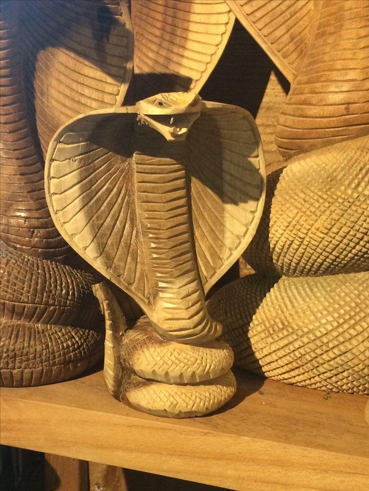 Een houten cobra (15 cm, € 14,95). Te koop bij reptielenhuis de Aarde