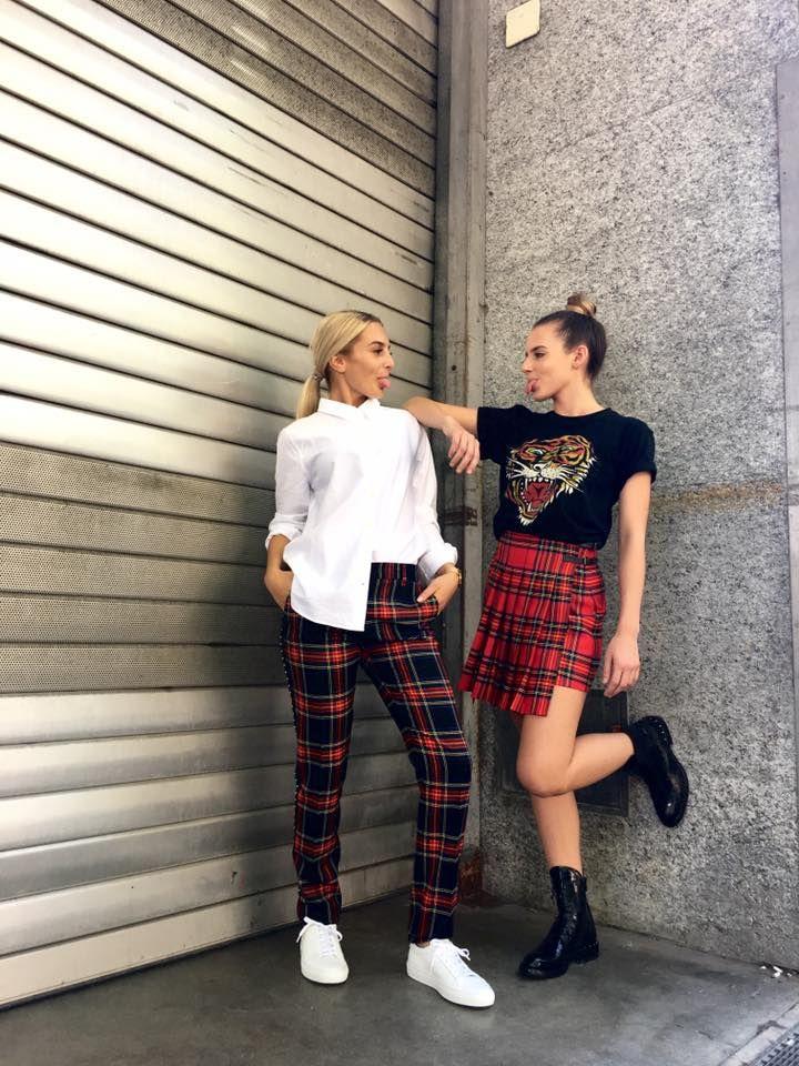 Add a little attitude. Outfit links: Blouse und Hose von Closed, Schuhe von Common Projects. Outfit rechts: T-Shirt und Minirock von Parosh, Schuhe von Moma Voice.