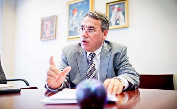 A bankszövetség főtitkára szerint a hazai bankok masszívan veszteségesek, a svájci alapkamat csökkenése mellett ezért emeltek kamatot a devizahiteleknél. Az ügyfelek a szóbeli tájékoztatás mellett kockázatfeltáró nyilatkozatot is aláírtak, amely jóval bővebb tájékoztatást adott arról, hogy mit vállalnak. A Magyar Nemzeti Bankban (MNB) közeledik az utolsó kamatcsökkentés órája – mondta egy interjúban az MNB alelnöke.  A devizahiteleseket már a ftdesz megmentette. Nem? :)