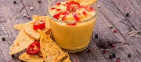 INGREDIENTEN  3 plakjes cheddarkaas 3 lepels creme fraiche 1 of 2 knoflookteentjes 1 jalapeno peper uit pot of sambal (melk)