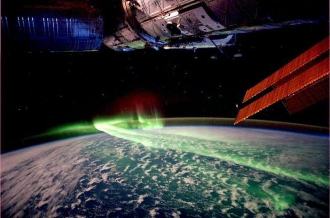 Северное сияние — явление само по себе восхитительное. А вот как оно выглядит из космоса!
