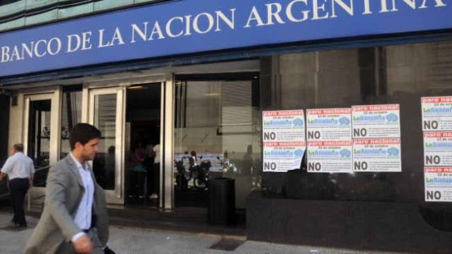 BANCARIOS ALCANZARON ACUERDO SALARIAL Y LEVANTARON LA MEDIDA DE FUERZA   El paro iba a empezar mañana y se iba a extender hasta el martesLuego de 10 horas de negociación paritaria hubo acuerdo entre los bancarios y las cámaras y el paro de 72 horas que iba a empezar mañana y se extendía hasta el martes se levantó.El acuerdo se cerró en un 243% que se compone de un 4% de reconocimiento a partir de Enero más un 19.5%. Asimismo se incluyó una cláusula gatillo que implicaría una actualización…