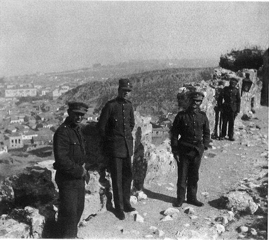 """Πάτρα. Στρατιωτικοί στο κάστρο. Hubert Pernot """"Εξερευνώντας την Ελλάδα. Φωτογραφίες 1898-1913"""""""