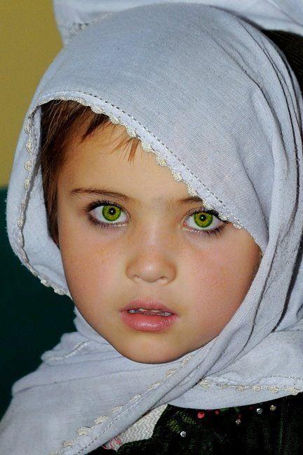 Extraños ojos de una niña afgana.