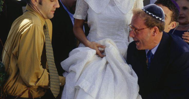 Tradiciones de matrimonio de los antiguos judíos. En la antigüedad, el matrimonio no era el acuerdo y la unión de dos individuos, sino la unión de dos familias. Los antiguos judíos tenían un procedimiento para que un hombre y una mujer fueran a casarse y algunos elementos de este procedimiento son todavía evidentes hoy. El contrato era acordado entre las familias, las parejas eran prometidas por ...