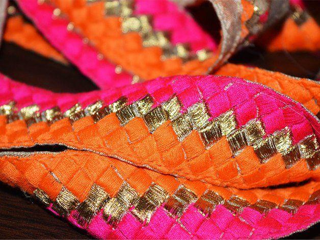 Multicolor de encaje bordado diseño floral en naranja, magenta para la frontera Seda Sari. Trim es aproximadamente 1.3 pulgadas de ancho. Este encaje impresionante se puede utilizar para el diseño...