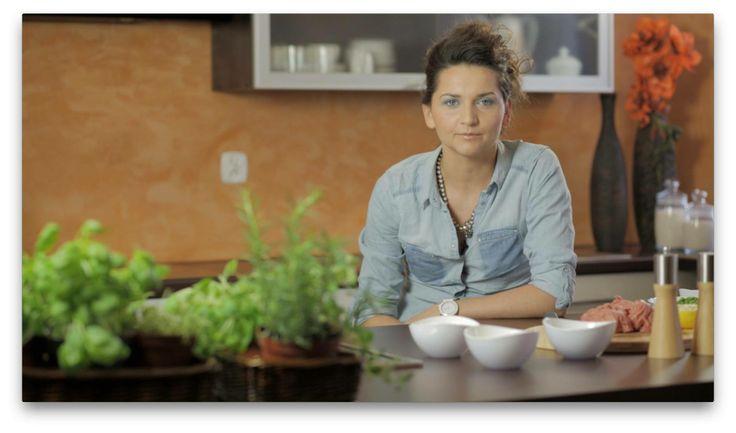 Jagna Niedzielska jako zdeklarowana hedonistka z zapałem poszukuje przyjemności kulinarnych, zaskakując niecodziennymi połączeniami smaków i aromatów. Na co dzień prowadzi #blog dealcooking.com, pisuje artykuły kulinarne, komponuje menu restauracji, współtworzy #bajki kulinarne i prowadzi warsztaty. Swoje smakowite dzieła prezentuje również w naszym serwisie. Zobaczcie najnowszy przepis Jagny