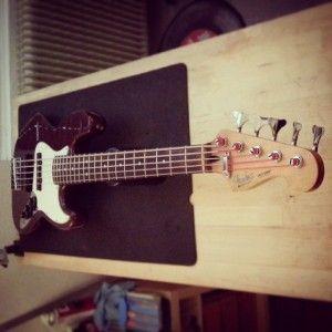 En ce moment à l'atelier : Jazz Bass Fender Mexique 5 cordes de 1998 pour un réglage complet.