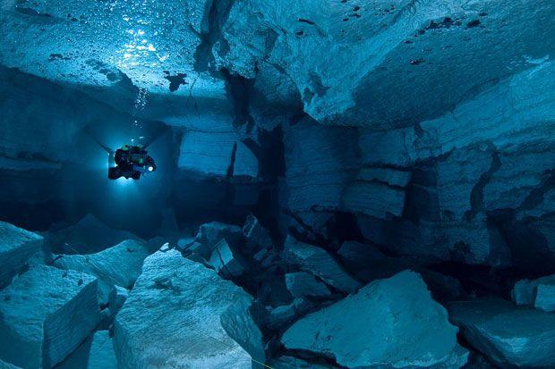 Un scufundator a explorat strafundurile stancoase ale pesterii subacvatice Orda din Rusia. Pestera Orda este o faimoasa atractie pentru scufundatori, pentru ca ofera un peisaj spectaculos format de...