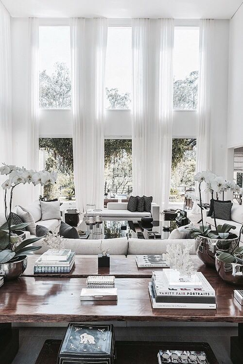 Maximera takhöjden med gardiner från tak till golv! Upptäck Gotains skira linnegardiner på www.gotain.com - Vi gör det enkelt att beställa skräddarsydda gardiner. Linnegardinerna säljs i par med priser från 2595kr / par. Alltid fraktfritt och kostnadsfria tygpover till din dörr