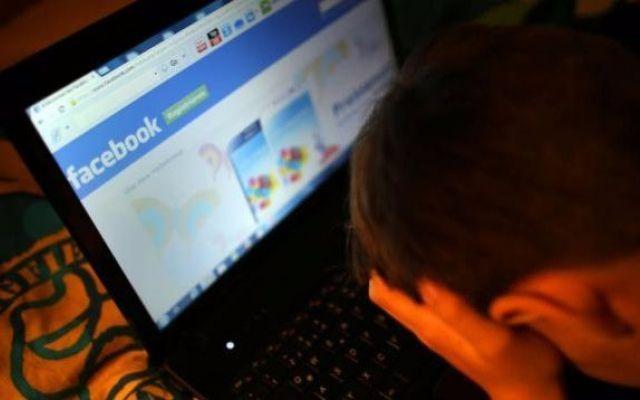Sei tu in questo video? Vergognati. Ennesimo virus per Facebook Ok. Dovevamo fare le persone serie, e l'abbiamo fatto. Ora facciamo un po' di considerazioni personali: è vero che questo virus punta sulla curiosità delle persone. Però, pensiamoci bene: sei curioso #facebook #hacker #virus