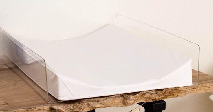 Lækker base til puslepuden, så den ikke skrider. Lavet af højkvalitets akryl-plexiglas. Kan påmonteres med skruer. Mål: 13 cm høj, 51 cm bred, 65 cm lang. OBS: Puslepude medfølger ikke.
