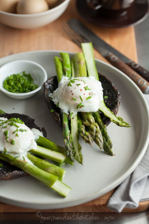 Asparagus Eggs Benedict on Portobello Mushrooms with Goat Cheese Sauce a satisfying breakfast featuring roasted asparagus and poached eggs. This is just the kind of meal I keep in heavy rotation during asparagus season. Egg Recipes, Real Food Recipes, Cooking Recipes, Healthy Recipes, Vegetarian Recipes, Asparagus Recipe, Tapas, Gourmet, Gastronomia