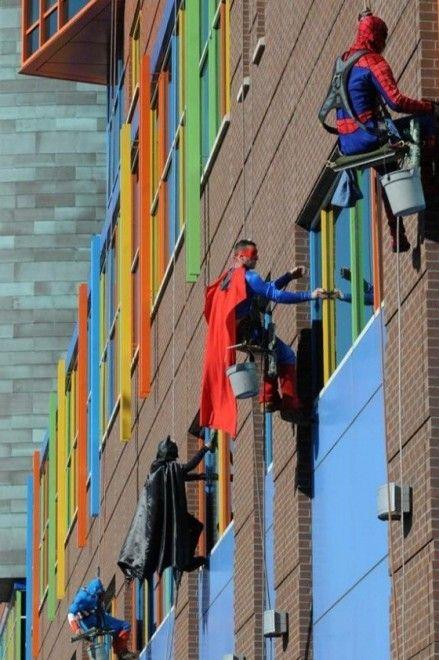 Brava gente: gesti di umanità in giro per il mondo - Ospedale pediatrico di Menphis. I lavavetri indossano i costumi dei supereroi