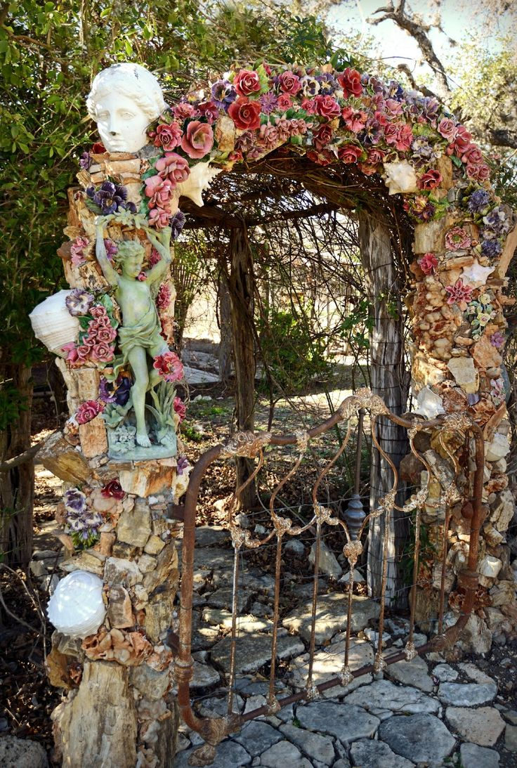 Magnolia Pearl Ranch - The entry gate leading up to the main house is embellished with lovely majolica roses as well as a cloisonne vase.