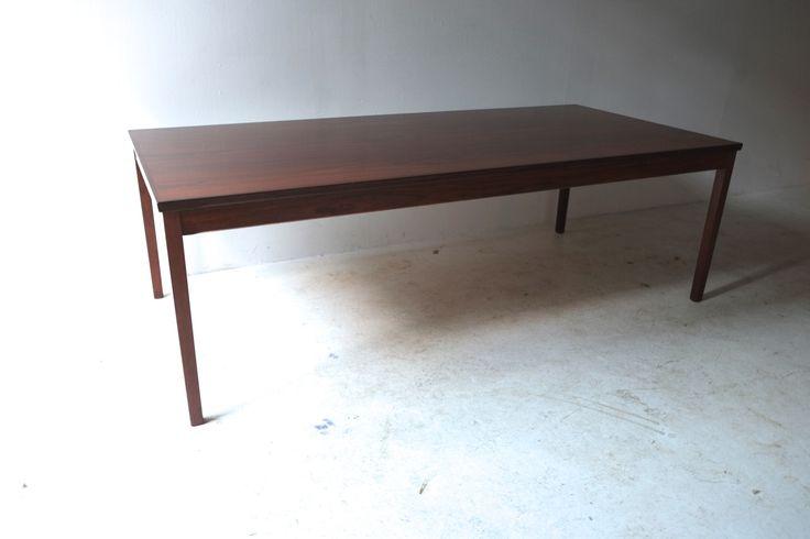 HAUG SNEKKERI (Norway) ミッドセンチュリーモダンなセンターテーブルです。 1960年代を代表する、ノルウェー製HAUG SNEKKERIデザインとなります。 天板の木目も美しくシンプルなディテールは精巧に。やはり北欧デザイナー家具といった妥協のない造りとなっております。 コーヒーテーブルとしてはやや大型かつ少し高めの設定となります。 三人掛けのソファの前に置かれて、ラウンジ的にお使い頂けます。 北欧デザイナー家具の洗練された空間をお楽しみください。  <Modern Craft Council>