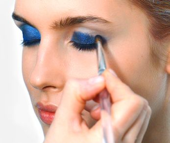Det er ikke bare lett å legge en iøynefallende øyenmakeup, men det er en utrolig flatterende look. Her gir vi deg 4 enkle steg til hvordan du skaper looken. Vi bruker blå øyenskygge- hvilke farger kommer du til å gå for?
