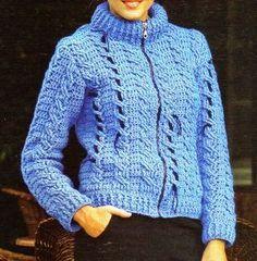 campera tejida en crochet modelo 2 Tejida en fibra acrílica azulina con cuello alto y cadenitas de lana negra que atraviesan el tejido.