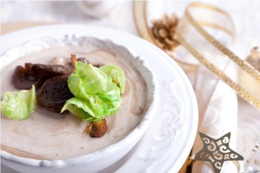 Maronicremesuppe mit Pilzen und Rosenkohlblättern