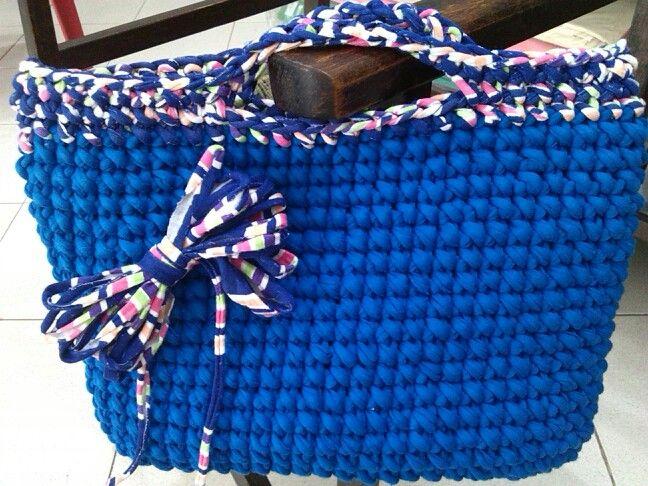 bolso en Trapillo azul en contraste. tipo sobre.
