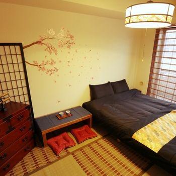 ベッドをはじめ家具を低めに抑えた和モダンMIXの寝室。壁面を引き立てる桜のウォールステッカーがお洒落!照明、ベッドランナーに和箪笥と、参考にしたいポイントがいっぱいのお部屋です。